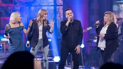 Quatre personnes chantent sur scène.