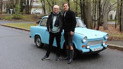 Antoine Pilon et Michel Barrette devant une voiture bleue poudre.