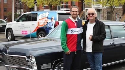 Michel Barrette et Jay Du Temple devant une vieille voiture noire.