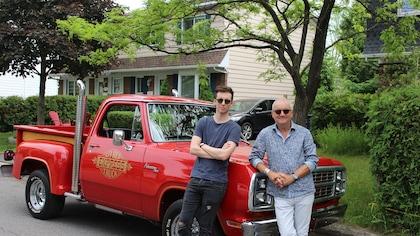 Pier-Luc Funk et Michel Barrette devant une Lil Red Express Truck 1979 rouge