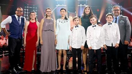 Les candidats Nikki Arsenault, Léa Sol, Rosemary Mantchev et Les petits chanteurs sont sur scène accompagnés de Gregory Charles, Florence K et Marc Hervieux.