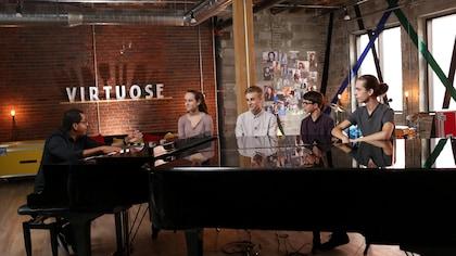 Gregory Charles parle avec 4 adolescents autour d'un piano dans un loft.