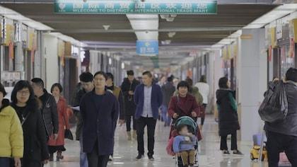 Des gens marchent dans un centre commercial.