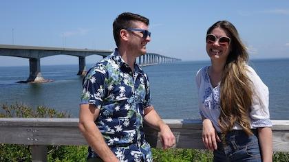 Samuel Chiasson et Amélie Hall debout au Cap Jourimain devant le Pont de la Confédération.