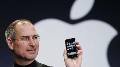 Steve Jobs, président-directeur général d'Apple, présente le nouveau iPhone au MacWorld Conference de San Francisco, le 9 janvier 2007.