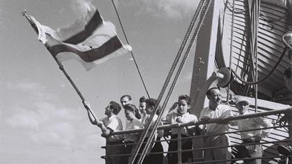 Huit personnes sur le pont d'un bateau.