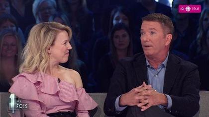 Les deux invités sont assis sur le divan de l'émission. Julie Bélanger regarde Patrice L'Ecuyer.