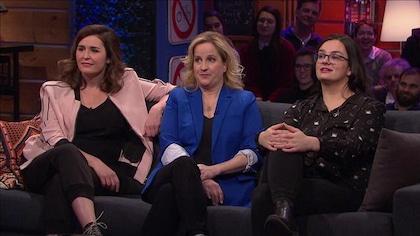 3 femmes assises sur un divan