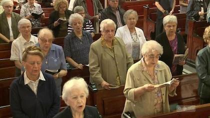 Des fidèles chantent