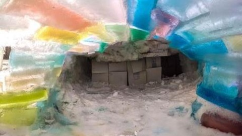 Une famille de saskatoon construit un igloo multicolore for Interieur igloo