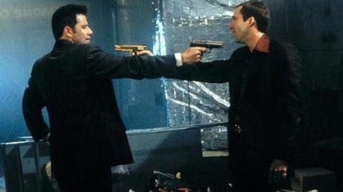 Deux hommes, de profil, se menacent avec un pistolet