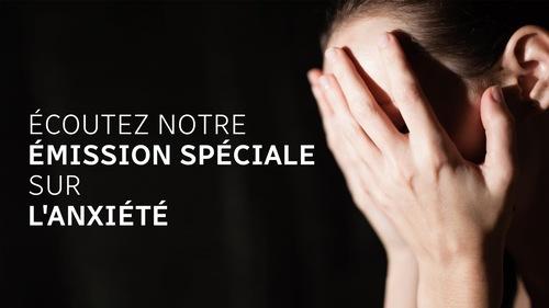 Une femme cache sous visage pendant une crise d'anxiété. Cette image fait la promotion d'une émission spéciale sur l'anxiété à Médium large.