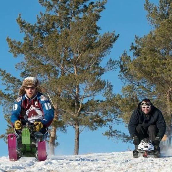 Jordan Bittner (à gauche) dévale une piste enneigée devant Tim Hague.