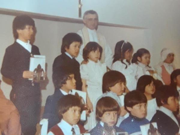 Raynald Couture avec un groupe d'enfants atikamekws.