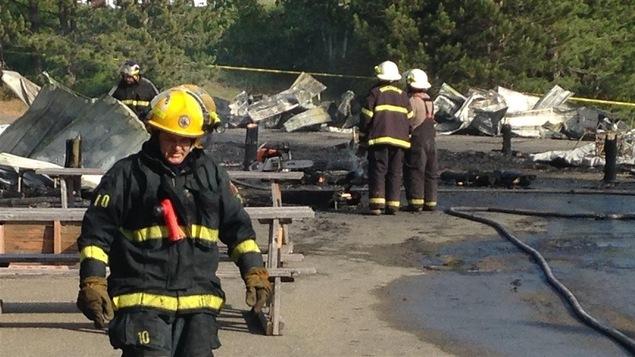 Pompiers devant le marché des fermiers de Bouctouche détruit par un incendie