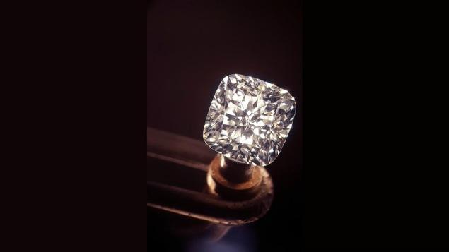 Un diamant est placé sur une tige en bois.