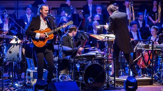 Le groupe Half Moon Run, accompagné de l'Orchestre symphonique de Montréal.