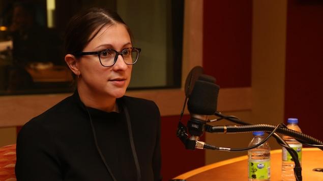Cynthia Savard Saucier dans le studio de l'émission La sphère.