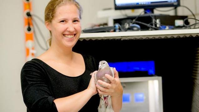La chercheuse Sarah Letzner et l'un des sujets de ses expériences.