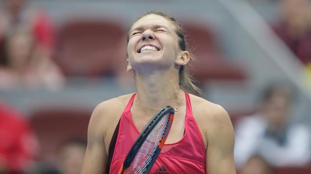 Simona Halep jubile après avoir remporté la demi-finale du tournoi de Pékin