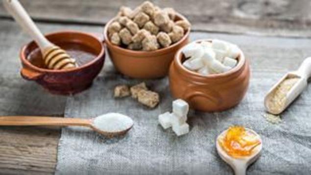 Des exemples de sucres naturels et raffinés