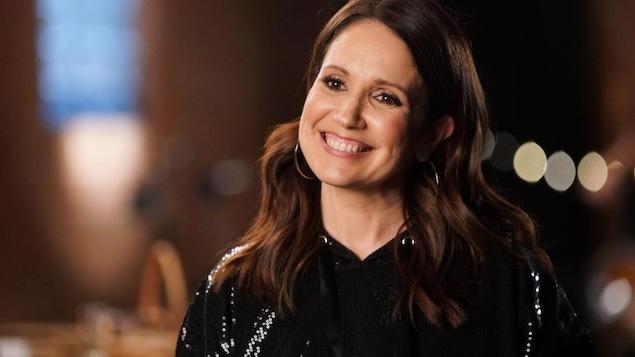 L'animatrice France Beaudoin sourit, vêtue d'un haut noir à paillettes.