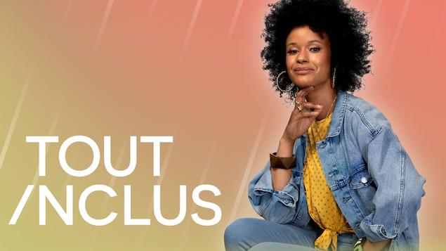 Une femme souriante assise à côté du titre de l'émission Tout inclus.