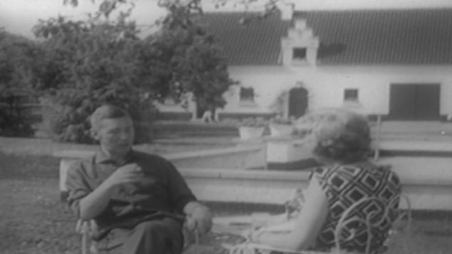Hergé et Judith Jasmin discute à l'extérieur dans le cadre de l'émission Premier Plan.