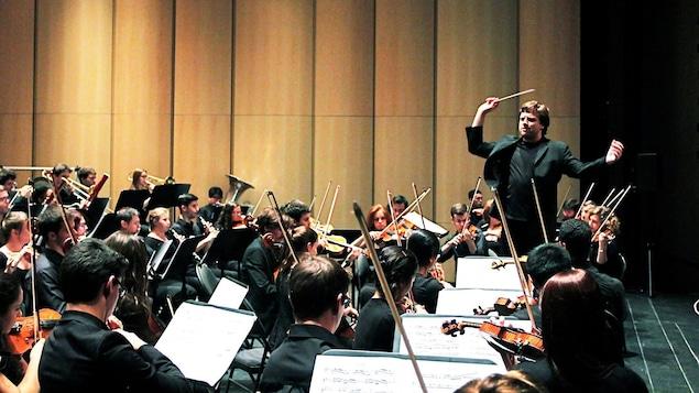 Le chef Jean-Philippe Tremblay dirige l'Orchestre de la Francophonie.