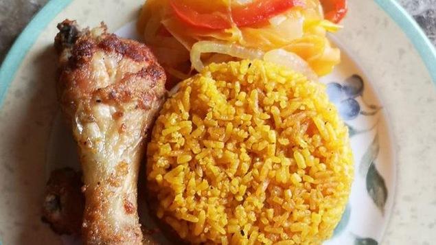 Une assiette contenant du poulet et du riz