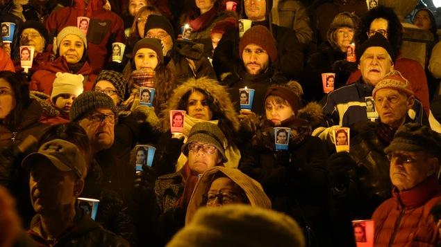 Gros plan de la foule lors de la centième vigile pour la libération de Raif Badawi à Sherbrooke