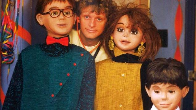 Le manipulateur de marionnettes Michel Ledoux en compagnie de quelques marionnettes de l'émission «À plein temps».