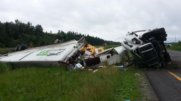 Collision mortelle entre un camion lourd et une voiture sur l'autoroute 20