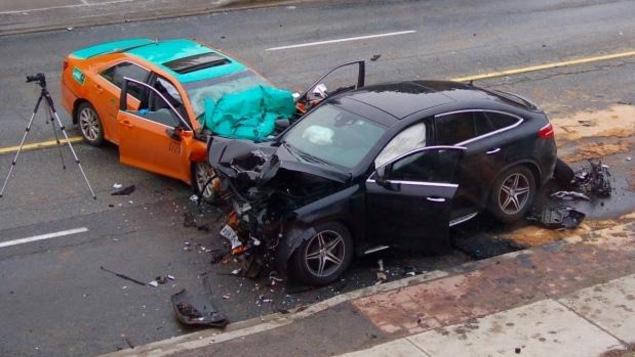 Collision entre un taxi et une voiture à Toronto