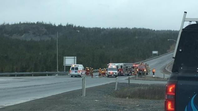 Des pompiers et des ambulanciers sur les lieux de l'accident.