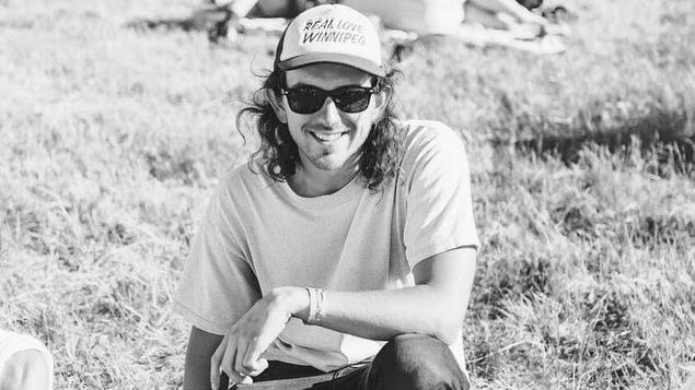 Adam Soloway pose dans une photo en noir et blanc.