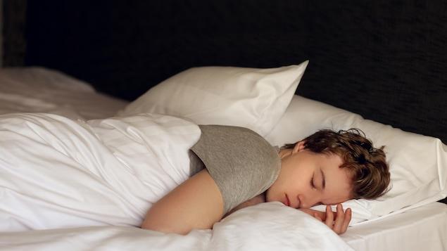 Un adolescent au lit