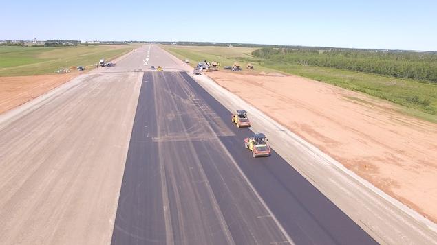 La piste secondaire de l'aéroport de Charlottetown à l'Île-du-Prince-Édouard est prolongée de 600 mètres.