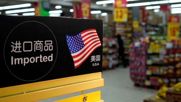Une affiche indiquant des produits importés des États-Unis dans une épicerie de Shanghai.