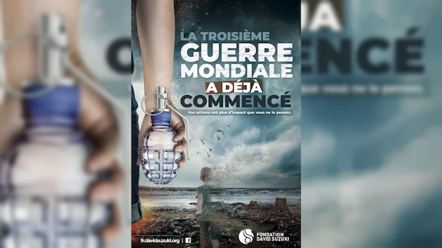 Une affiche porte le titre «La 3e guerre mondiale a déjà commencé» et montre une main tenant une bouteille d'eau en forme de grenade et un enfant qui s'efface.