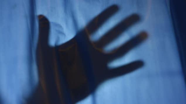Une main en ombre chinoise.