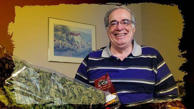 Ahmed Daoud et quelques-uns des produits alimentaires qu'il rapporte du Liban quand il retourne dans son pays d'origine.