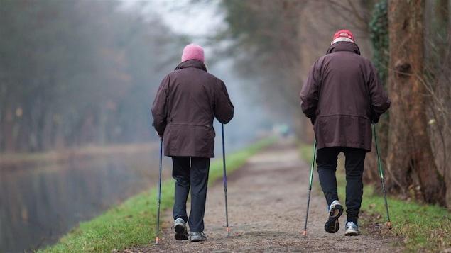 Des aînés qui marchent.