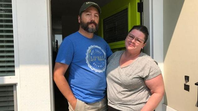Graham Vodden et sa femme, Melanie Wood, dans l'entrée de leur duplex à Victoria.