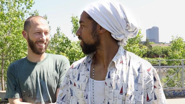 Les rappeurs Eman et Knlo du groupe Alaclair ensemble.