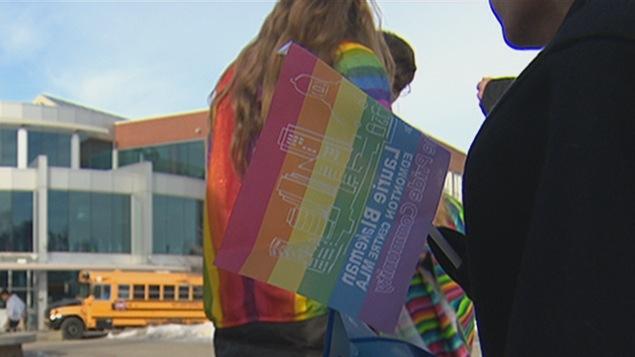 Drapeau de la fierté lors d'une manifestation à l'extérieur d'une école d'Edmonton