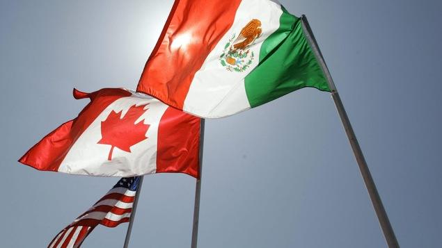 Les drapeaux mexicain, canadien et américain