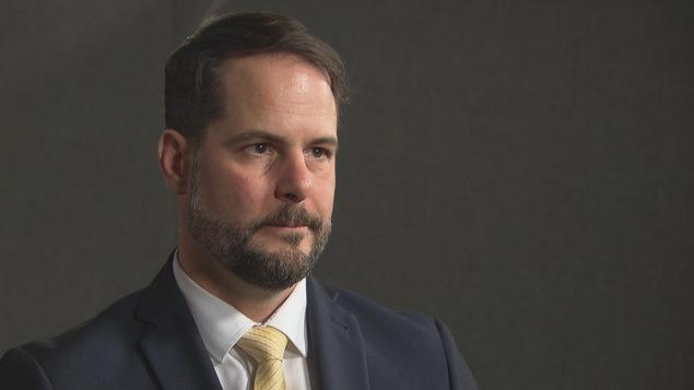 Le député fédéral du NPD de la circonscription de Rosemont-La Petite-Patrie, Alexandre Boulerice, répond à une question d'un journaliste.