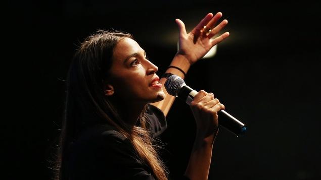 Alexandria Ocasio-Cortez s'adresse à la foule lors d'une levée de fonds.