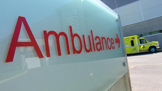 Une pancarte d'ambulance et un véhicule ambulancier près du Centre intégré de santé et de services sociaux de Chaudière-Appalaches